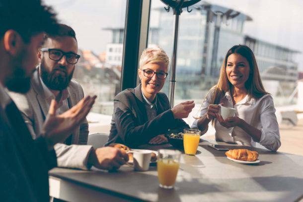 Gemeinsames Frühstücken im Büro fördert die Kommunikation.